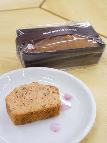 やわらかな色合いもかわいらしい「桜のパウンドケーキ」