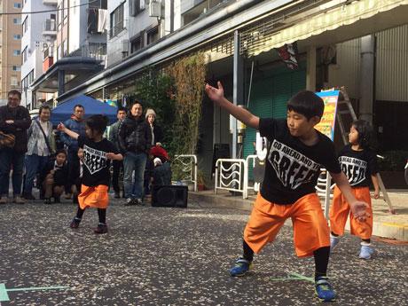 昨年商店街の路上で披露されたダンスパフォーマンス