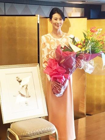 授賞式での安達悦子さん