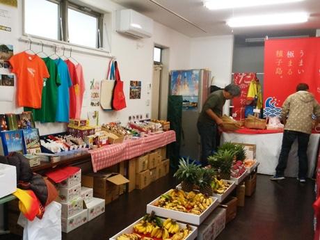 商店街組合事務所に並べられた種子島の物産