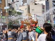 「深川八幡祭り」開催 豪快にみこしに水掛ける