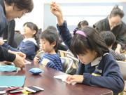 江東の小学校でコースター作り 和裁の心に触れる