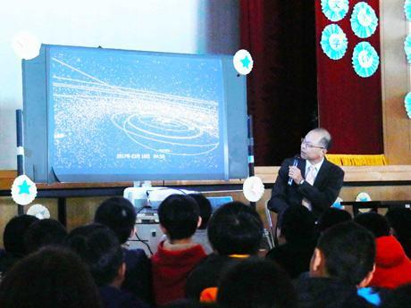 子どもたちに丁寧に宇宙や星について話す国立天文台長の林正彦さん