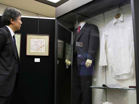 実際に展示されているワイシャツ。整理用の箱も展示されている