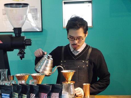 コーヒーを入れる倉本晃尚さん
