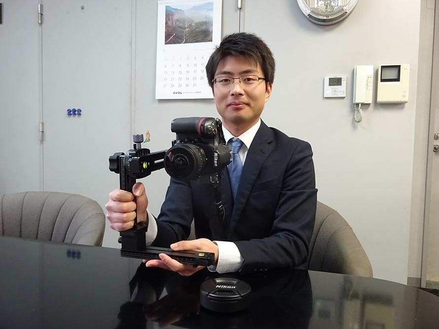 担当の櫻田さんと専用カメラ