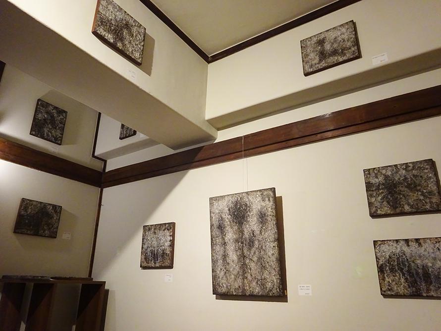 室内に展示された壁画作品