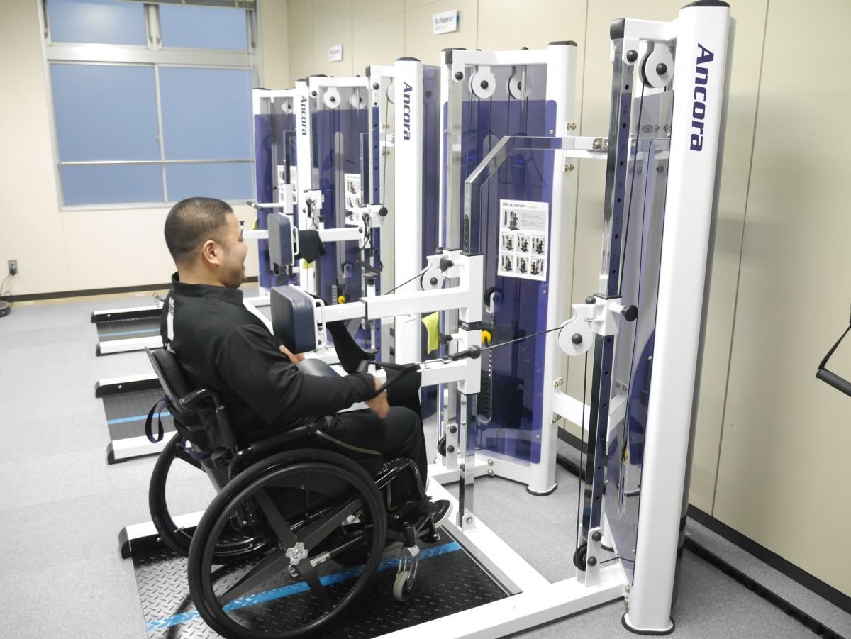 車椅子に乗ったままトレーニングをするフィットネスマシン