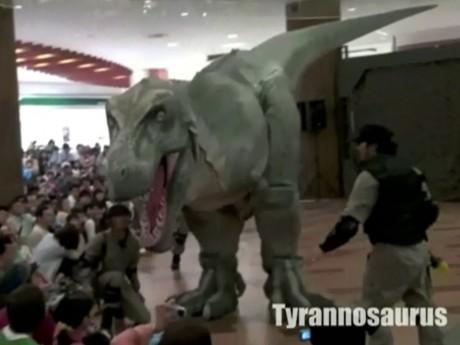ライブ中は観客の間近まで恐竜が迫ることも