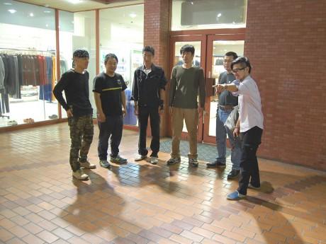 会場となる西武福井店本館2階公開広場で打ち合わせする「7人の侍」のメンバー