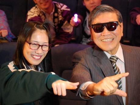 上映会には福井県鯖江市の牧野百男市長(右)もサプライズゲストで登場