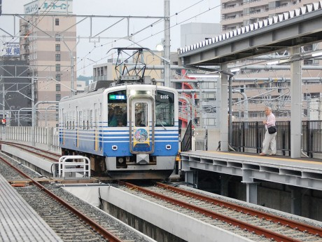 新福井駅に到着する、三国港行き始発電車