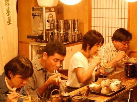 「料理茶屋 魚志楼」で天丼を味わう参加者