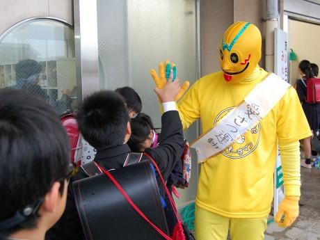 11月2日、春江小学校(坂井市春江町境)で朝のあいさつ活動を行った