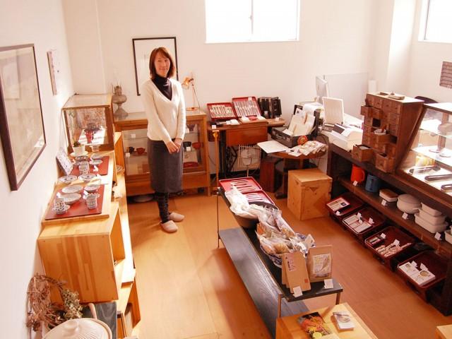 地元ゆかりの現代美術作家・小野忠弘の作品なども掛かる店内