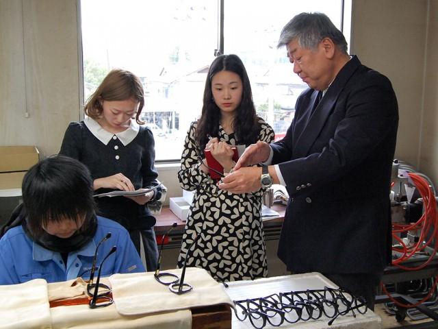 増永社長(右)から製造工程について説明を受ける