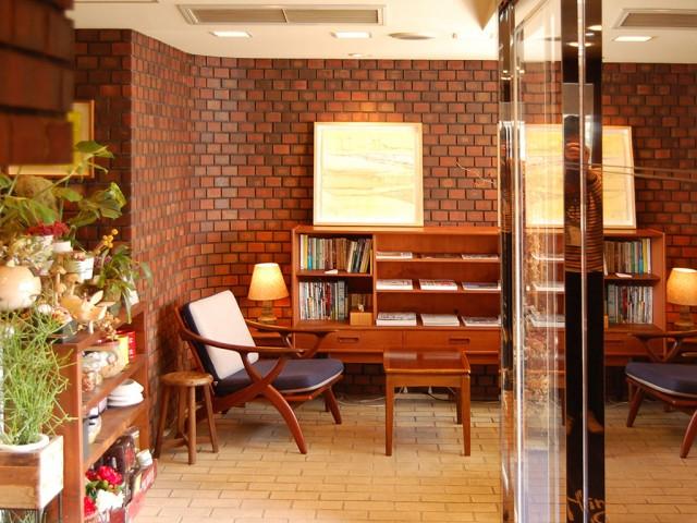 湊さんの作品を展示する同ホテルのロビー