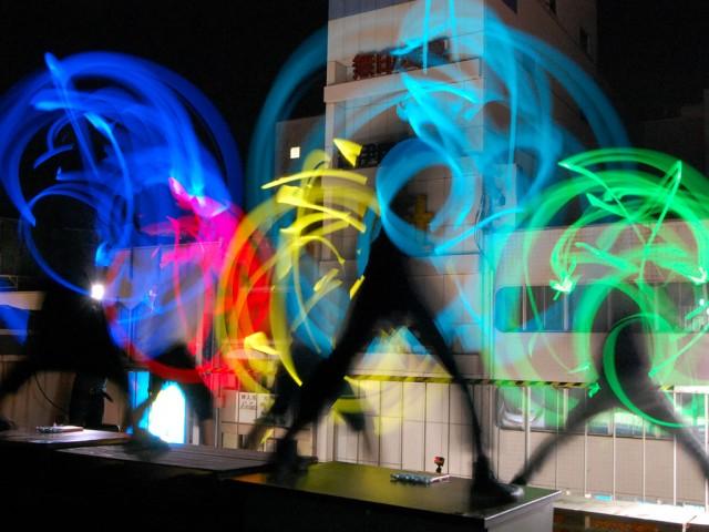 色とりどりのサイリュームを手に踊る「福井勢」のメンバー