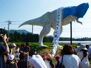 福井・勝山の「頭部落下」恐竜像 地元住民ら別れ惜しみ「ありがとうの会」