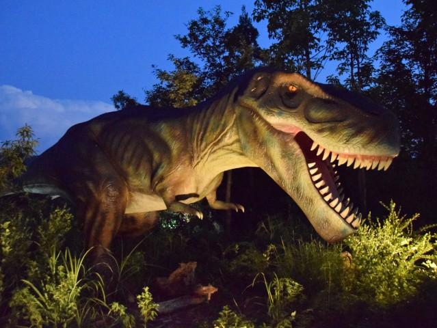 同パーク内の恐竜像は「ライフサイズ(実物大)」が特徴