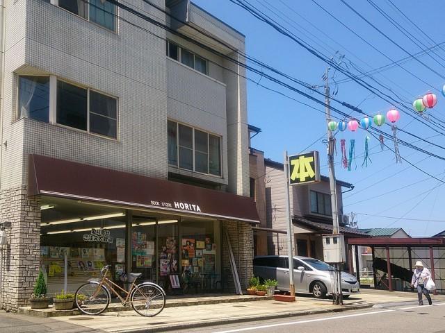 最終営業日の同店。「福経」スタッフも、最後の記念に「書店ガール」を購入した