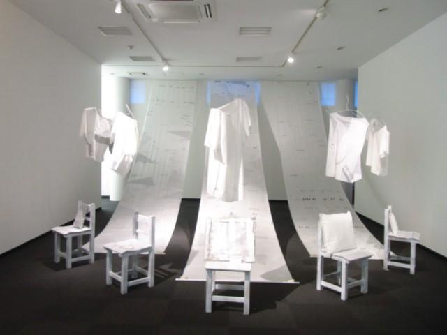 過去の展覧会の様子。パーティションで2つの展示空間に区切られている
