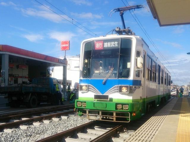 真新しい線路の上を走る同鉄道の電車。仁愛女子高校電停で