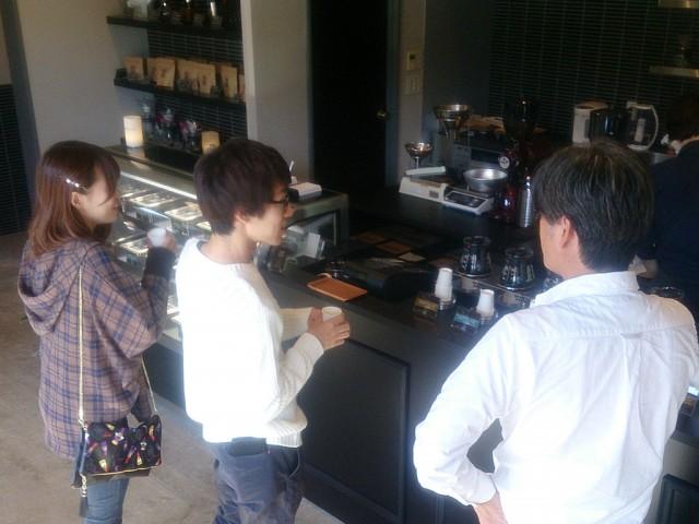 試飲を勧めながら、来店客との会話を楽しむ林さん(右)