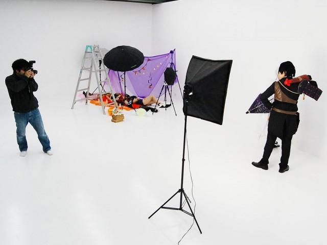 同スタジオの白ホリゾントでコスプレ撮影を楽しむグループ