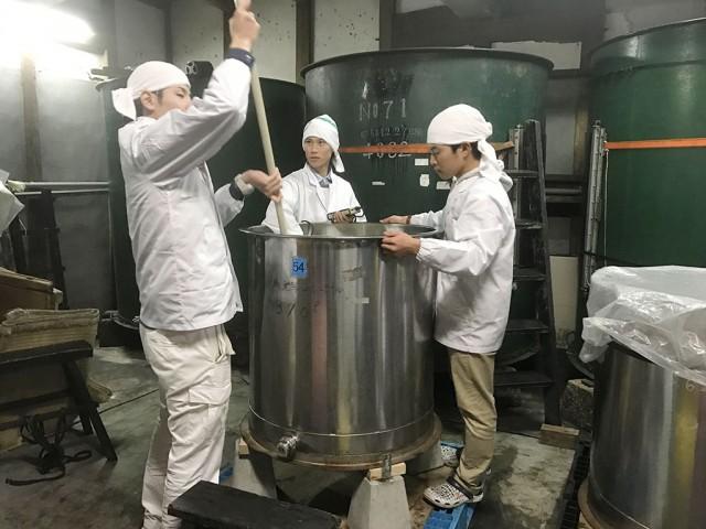 こうじ米、蒸した掛米、仕込み水などを混ぜ合わせる「櫂(かい)入れ」作業。(左から)木下さん、中野さん、岸上さん