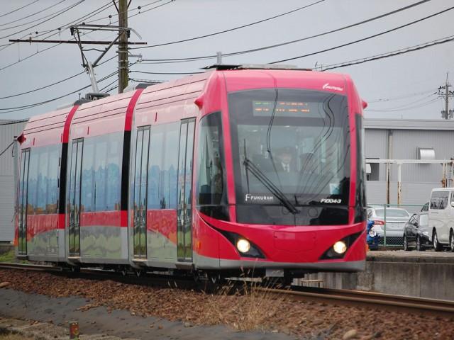 ハーモニーホール駅(福井市今市町)付近を走る「さくら色フクラム」
