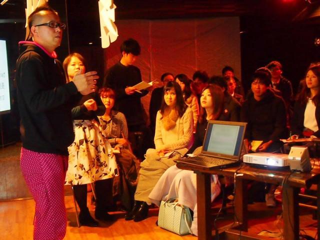 山田さん(左)の講演に耳を傾ける参加者