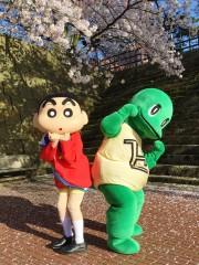 福井の恐竜キャラ、クレヨンしんちゃんと「おシリあい」に 新作映画に合わせ