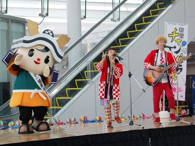 朝倉ゆめまる(左)と共に応援歌を披露する「ヒトミリリィ」の2人