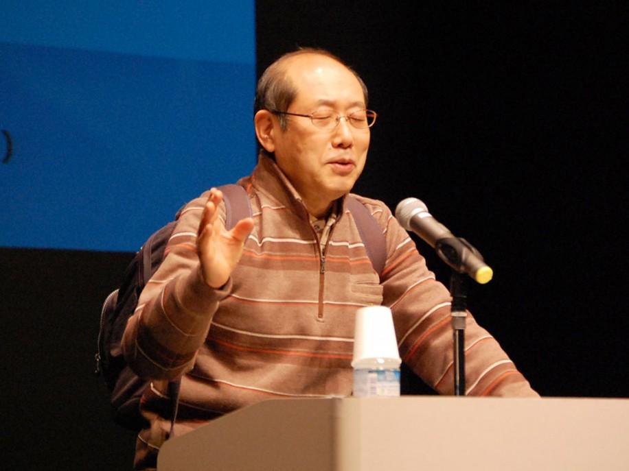 テレビ番組と同様のリュックサック姿で登壇した桐谷さん。講演会には約250人が来場した