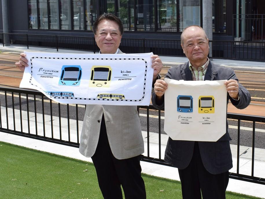クラウドファンディングの返礼品を手にする、野尻章博会長(左)と荒川義昭副会長(右)