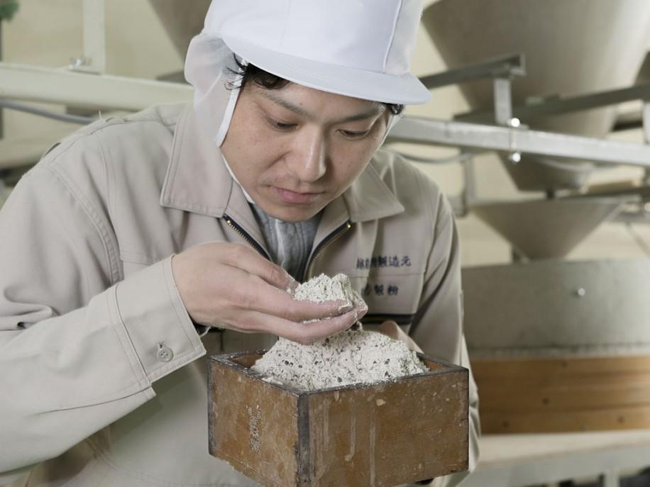 工場内で製粉作業を行う加賀社長