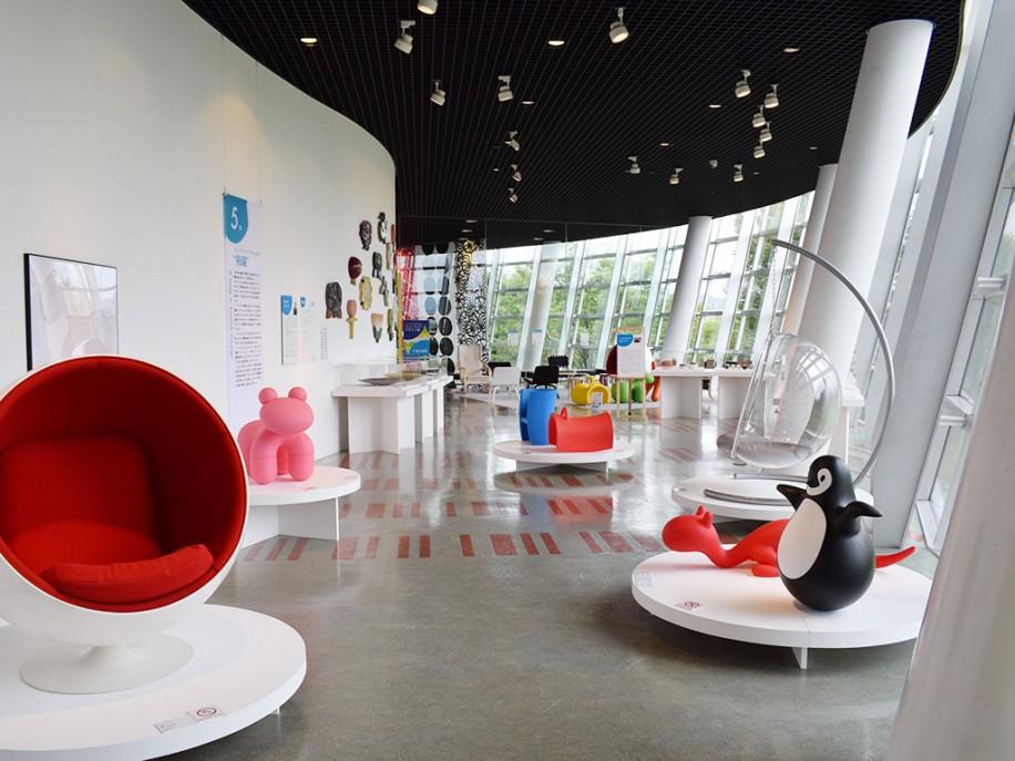 建築家・黒川紀章さんが設計を手掛けた同館内に並ぶ作品群