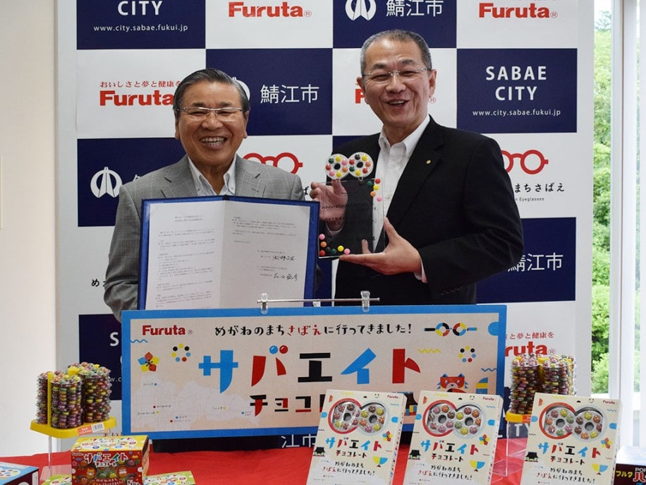 記者会見で笑顔を見せる牧野市長(左)、古田社長(右)