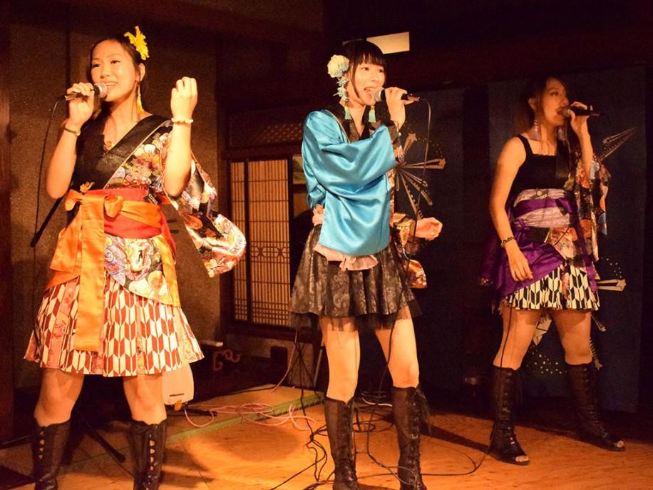 YUZUさん(左)、SHIORIさん(中)、ASKさん(右)