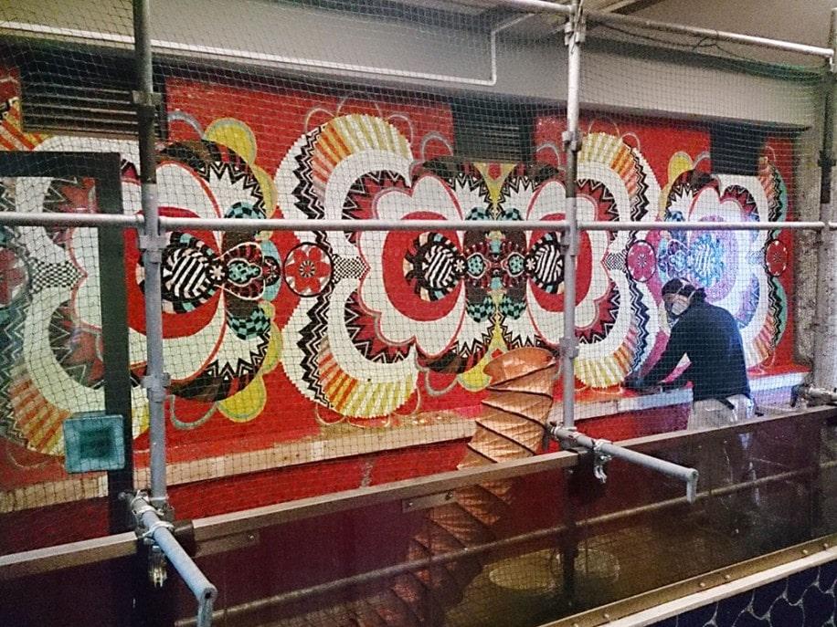 壁画タイル1個1個にナンバリングを施しながら作業が進む