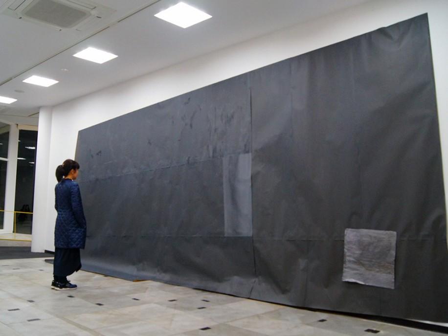 紙やすりで壁面を覆った作品