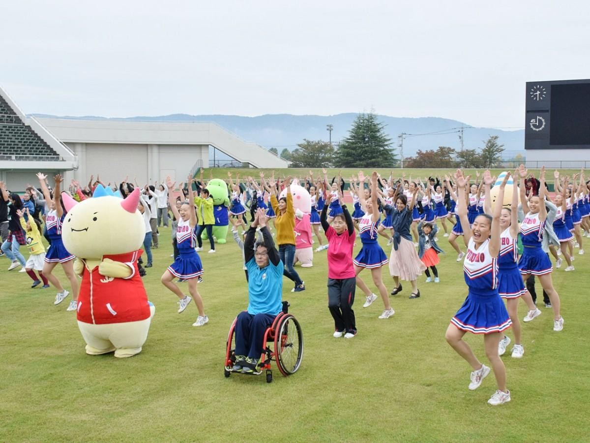 県営陸上競技場(福町)でのワンシーン。公式キャラクター「はぴりゅう」やJETSメンバーら約300人が参加した