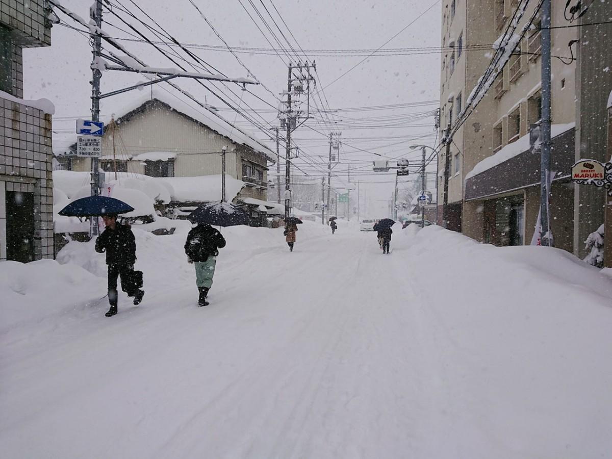 普段、生徒や学生でにぎわう朝の通学路も閑散