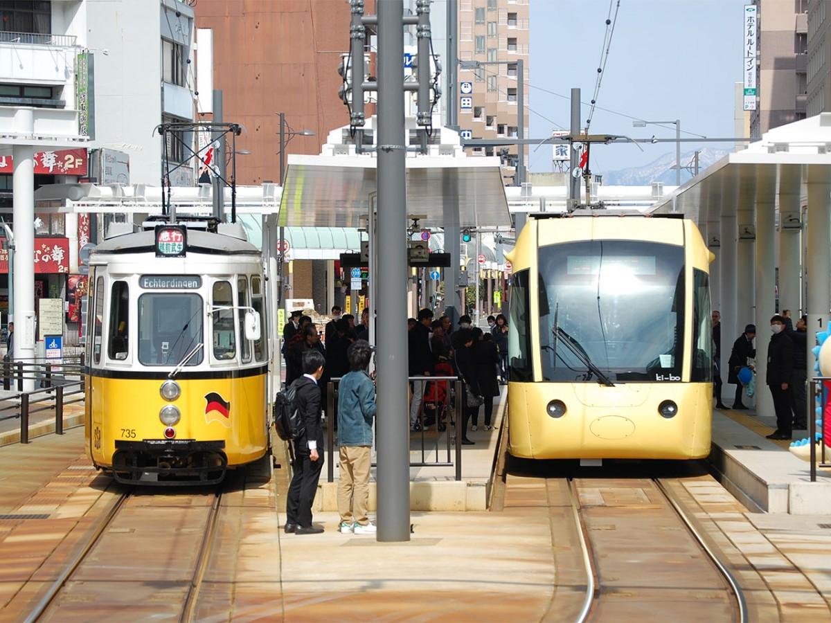 福井駅電停で並ぶ「レトラム」と「キーボ」