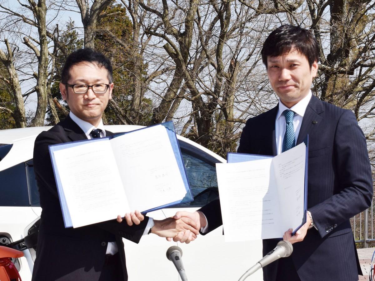 協定書を取り交わす菅原理事長(左)、中道社長(右)