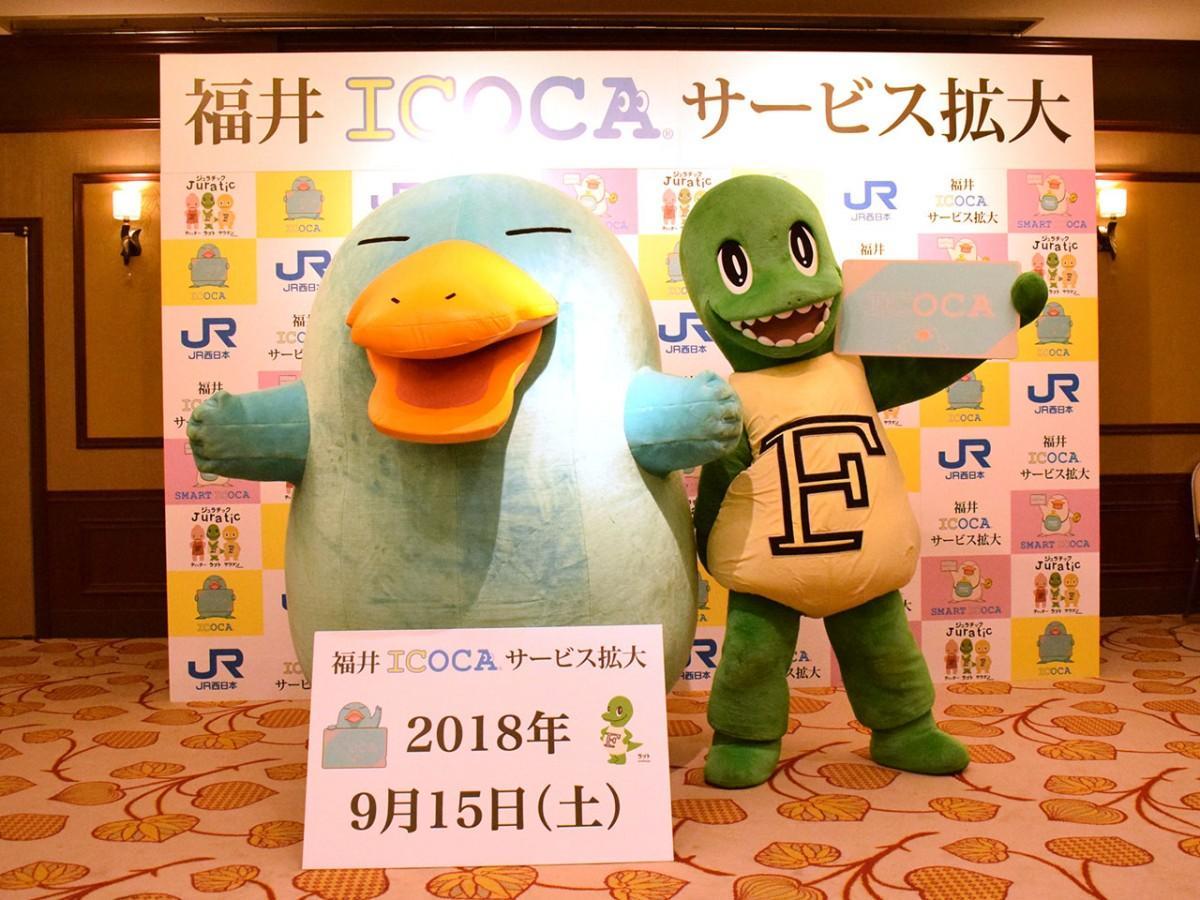 記者会見で撮影に応じる、ICOCAキャラクター「イコちゃん」(左)、福井県公式恐竜ブランドキャラクター「ラプト」(右)