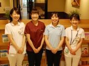 会期中、加藤さん(左から2番目)などが日替わりで相談に応じる