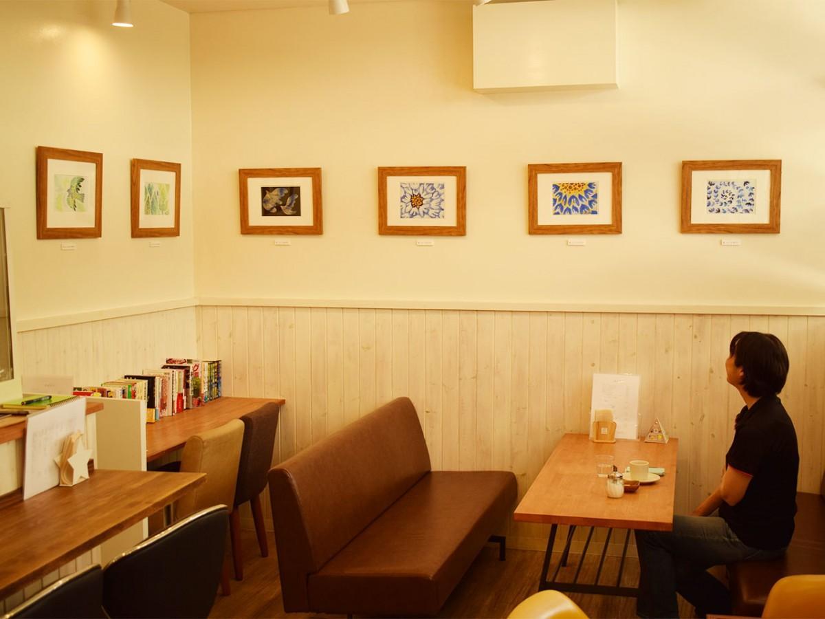 スクラッチングによる作品が掛かる「カフェ ソレイユ」店内
