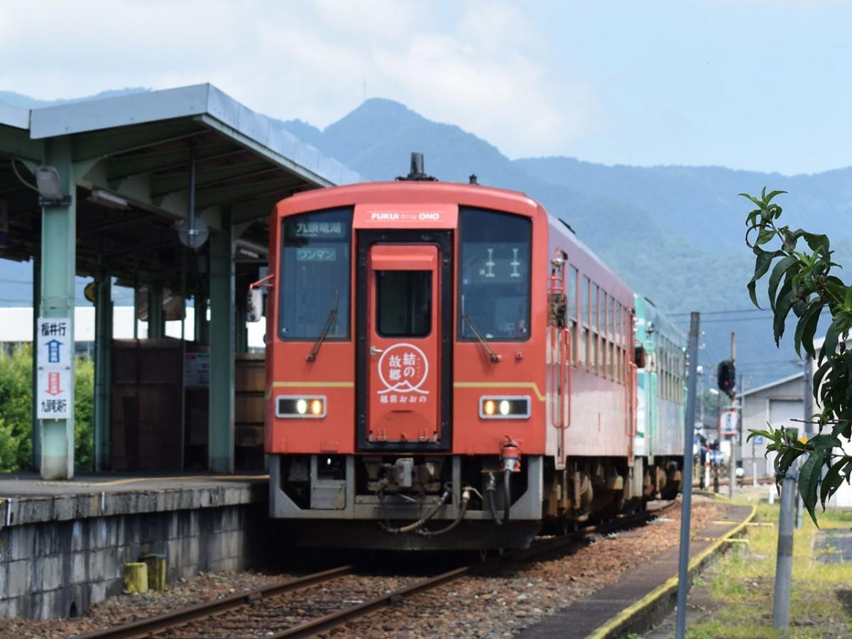 越前大野駅に停車中の列車